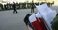 Военнослужащий с военными билетами и документацией. Архивное фото