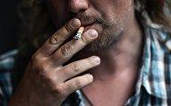 Мужчина курит сигарету. Архивное фото