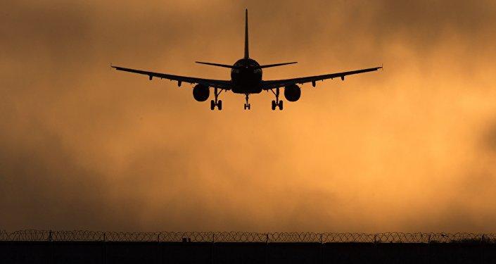 Самолет идет на посадку. Архивное фото