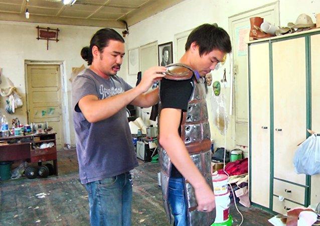 Как парень из Суусамыра одел Стивена Сигала в кожу и бумагу
