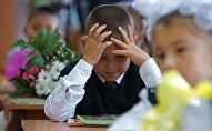 Архивное фото школьника на уроке