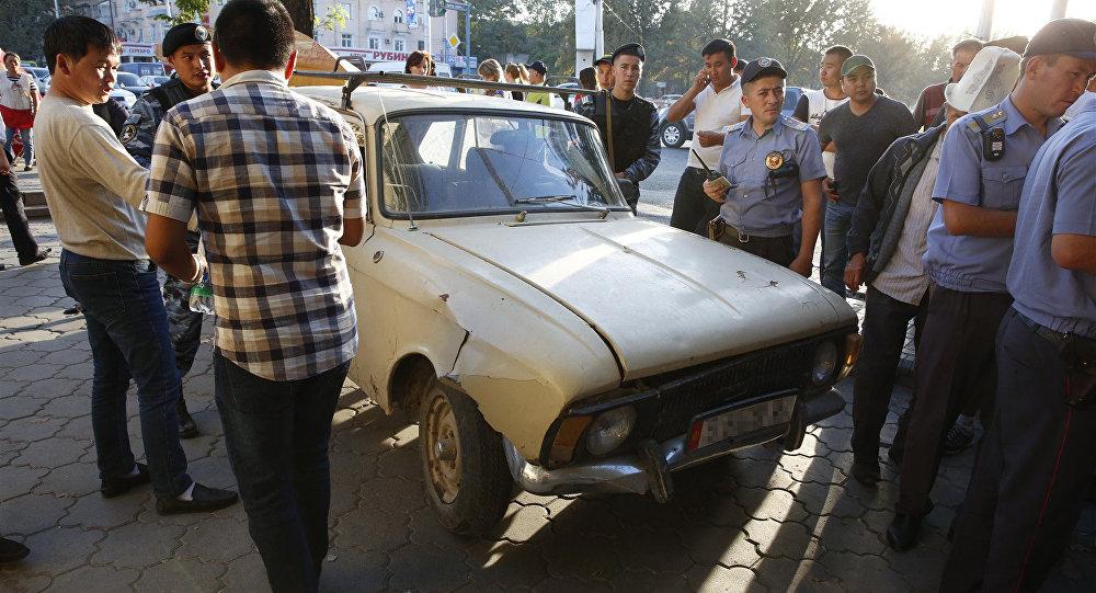 Автомобиль Москвич который въехал на остановку общественного транспорта и сбил женщину возле ЦУМа в Бишкеке