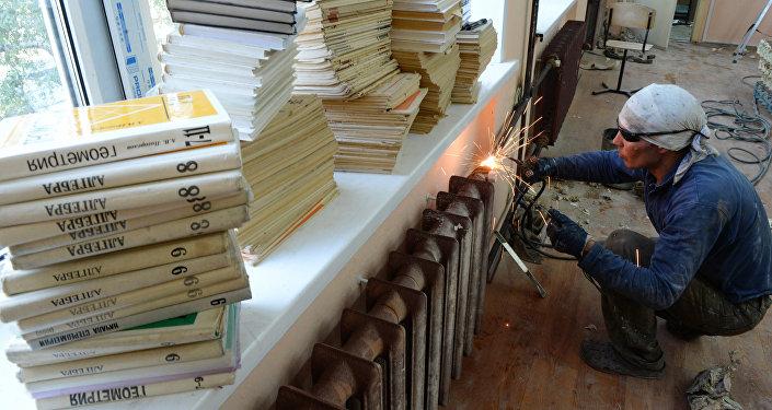 Архивное фото рабочего во время подготовки кабинета математики к занятиям в новом учебном году