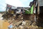 Индонезияда суу ташкынынан улам кыйраган үйлөр
