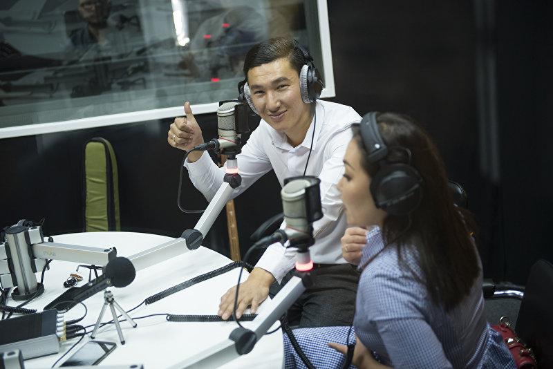 Кыргызские музыканты, комузист Назбек Кенчинбаев и скрипачка Нурайым Азыкбаева во время интервью на радиостудии Sputnik Кыргызстан