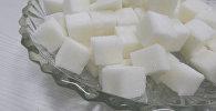 Рафинированный сахар в тарелке. Архивное фото