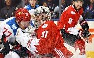 Игрок сборной России Иван Телегин (слева) и вратарь сборной Канады Кэри Прайс в матче 1/2 финала Кубка мира по хоккею между сборными командами Канады и России.