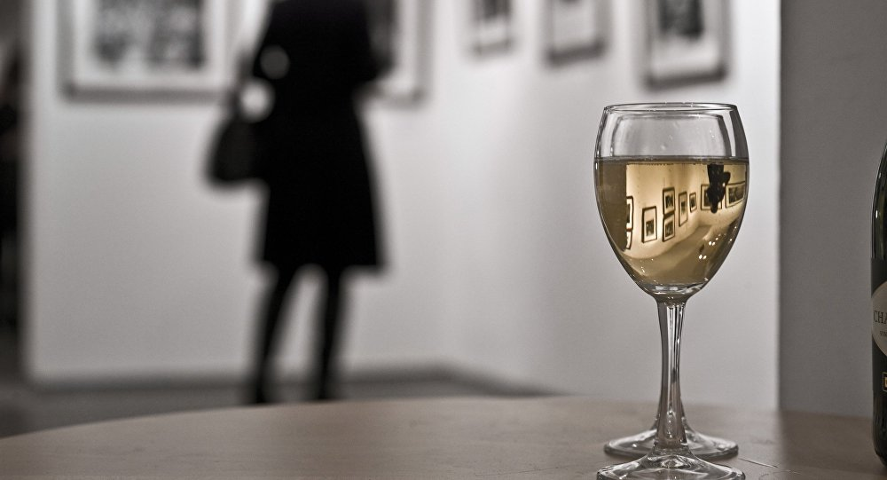 Архивное фото посетительницы на выставке в Центре фотографии имени братьев Люмьер в Москве