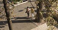 Архивное фото прохожих на одной из улиц Бишкека