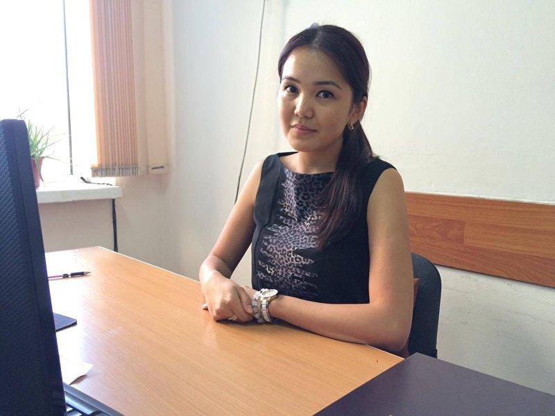 Пресс-секретарь ОАО Национальная энергетическая холдинговая компания Фатима Тороканова в рабочем кабинете