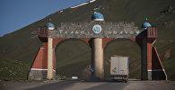Большегрузная фура проезжает арку на автодороге в Таласской области. Архивное фото