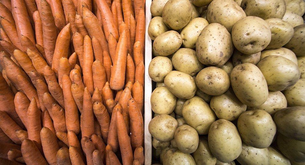 Базарда сатылган сабиз менен картошка. Архив