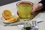Лекарственные препараты и градусник для измерения температуры. Архивное фото