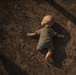 Кукла лежащая на земле. Архивное фото