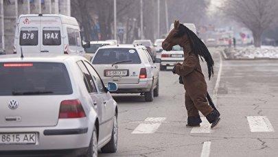 Жолду өтүп бараткан аттын коюстюмун кийген адам. Архив