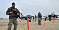 Американский солдат возле истребителя F-16 на базе в Южной Корее. Архивное фото