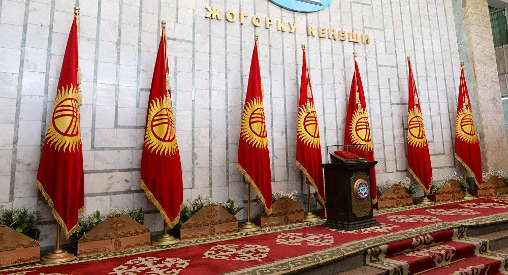 Полпред президента порекомендовал искать подлинник Конституции уТекебаева
