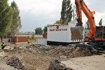 Строительная техника во время строительных работ на контрольно-пропускном пункте Токмок — автодорожный