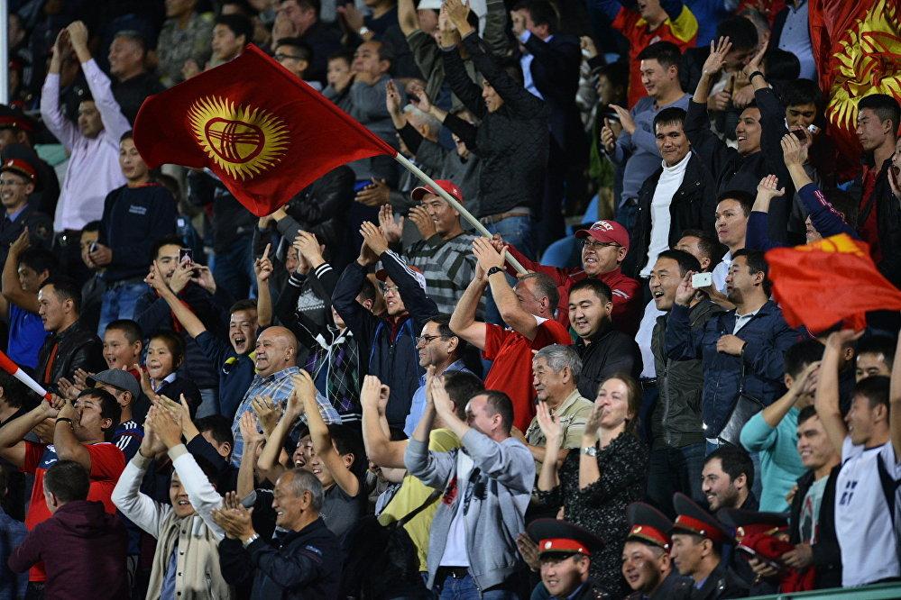 Колдоруна желектерди кармаган 17 600 күйөрман Дөлөн Өмүрзаков атындагы стадионго келди