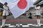 Архивное фото девушек, которые держат государственный флаг Японии