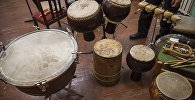 Сахнадагы барабандар, архив