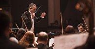 Главным дирижером выступил Майкл Рольф Кук на концерте Шедевры оперной классики в театре оперы и балета имени Абдыласа Молдыбаева в Бишкеке.