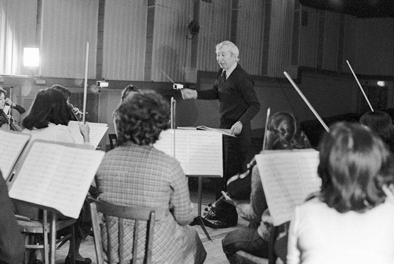 Молдобасанов дирижирует оркестром института