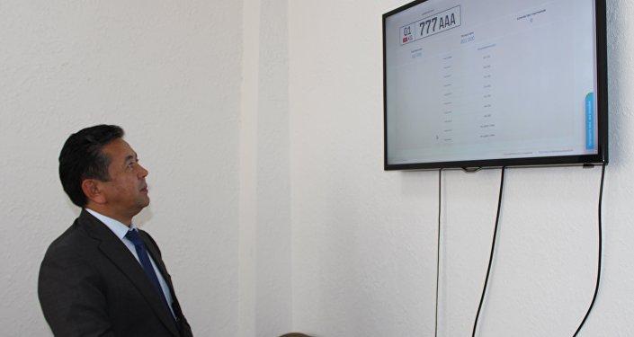 Глава Государственной регистрационной службы Тайырбек Сарпашев наблюдает за аукционом по продаже государственного номера 777ААА