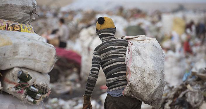 Архивное фото мальчика, работающий на мусорном полигоне на окраине Бишкека