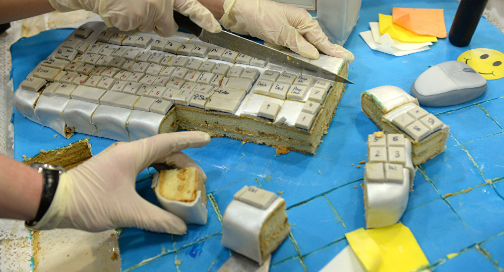 Компьютердин клавиатурасына окшоштуруп жасалган торт. Архив
