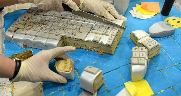 Кондитеры режут сорокакилограммовый торт в виде компьютера. Архивное фото