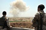 Архивное фото бойцов курдских вооруженных сил, которые наблюдают за уничтожением мин ИГ в провинции Киркук в Ираке