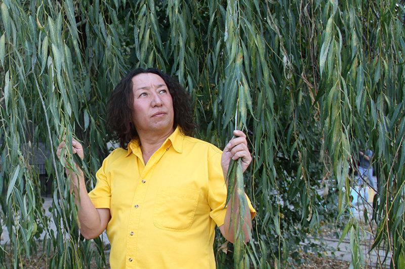 Певец кыргызской эстрады Мерген Турган во время фотосета