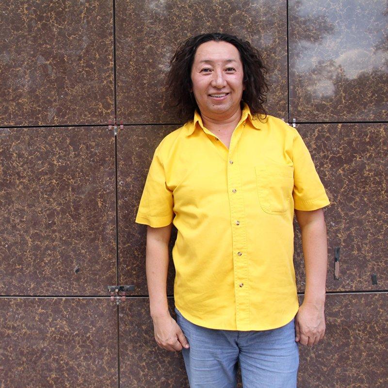 Певец кыргызской эстрады Мерген Турган во время фотосессии