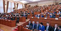 Архивное фото депутата на заседании Жогорку Кенеш