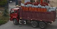 Сотрудники Государственной службы миграции готовят к отправке гуманитарный груз из Кыргызстана для памирских кыргызов