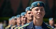 Архивное фото военнослужащих во время празднования дня образования ВДВ в Москве