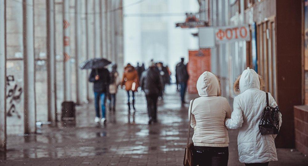 Люди на площади Ала-Тоо во время дождя. Архивное фото