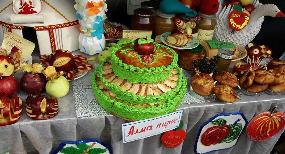 Изделия из яблок на Республиканском фестивале яблок в Ноокатском районе