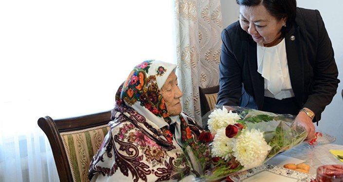 Распоряжением президента Кыргызстана Алмазбека Атамбаева выделено 2 миллиона 380 тысяч сомов на оказание материальной помощи в размере 10 тысяч сомов каждому из 238 граждан страны