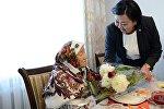 Президент Алмазбек Атамбаевдин Жарлыгы менен өлкө аймагындагы 100 жаштан ашкан карыяларга 10 000 сомдон акчалай жардам көрсөтүлдү.