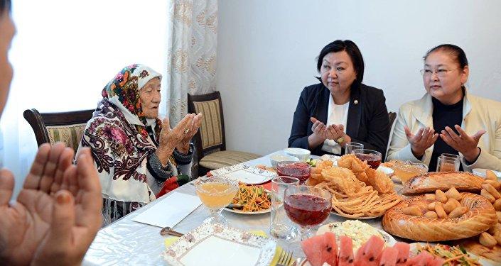 Вчесть Дня престарелых людей президент подарил долгожителям по10 тыс. сомов