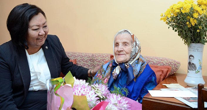Они поздравили пожилых людей от имени главы государства с Международным днем пожилых людей, пожелали им здоровья и счастья.