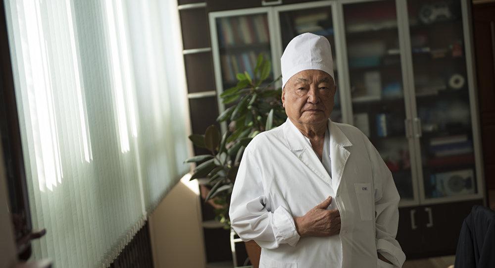 Хирург и общественный деятель, почетный директор Национального хирургического центра Кыргызской Республики, действительный член Национальной Академии наук КР, доктор медицинских наук, профессор Мамбет Мамакеев. Архивное фото