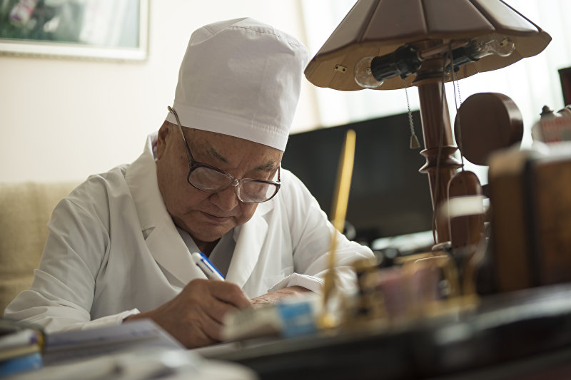 Хирург и общественный деятель, почетный директор Национального хирургического центра Кыргызской Республики, действительный член Национальной Академии наук КР, доктор медицинских наук, профессор Мамбет Мамакеев