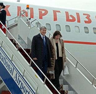 Президент Алмазбек Атамбаев жана биринчи айым Раиса Атамбаева Манас аэропортунда