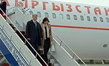 Президент Кыргызстана Алмазбек Атамбаев и первая леди Раиса Атамбаева в аэропорту Манас по прибытии из Москвы