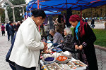 В Бишкеке у памятника Курманжан Датке прошла социальная ярмарка, приуроченная к Международному дню пожилых людей