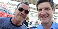 Селфи голливудского актера и экс-губернатора Калифорнии Арнольда Шварценеггера с офицером полиции Мюнхена