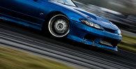 Архивное фото автомобиля, который едет на большой скорости